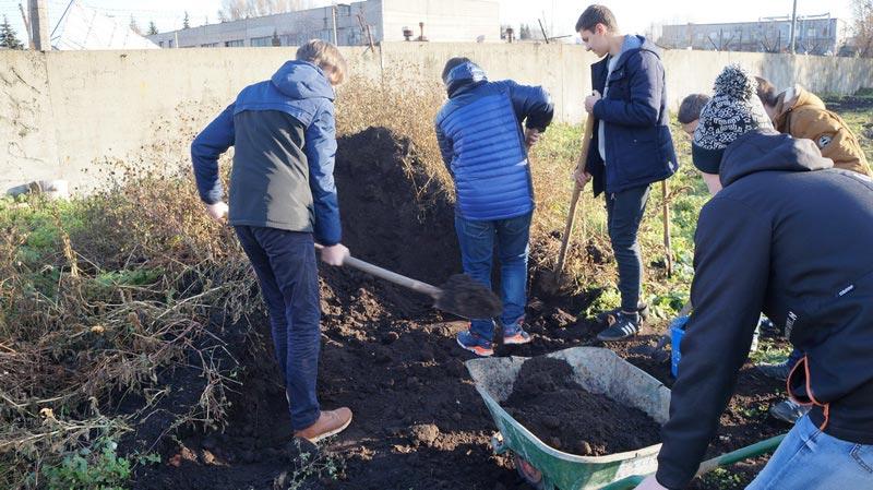 Фото: Волонтёры Рязанского автотранспортного техникума принимают участие в создании парка «Доступная природа»